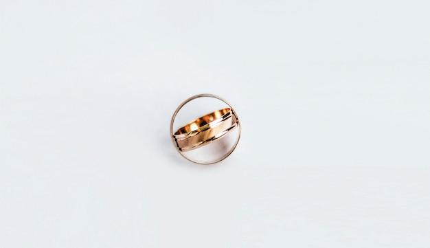 Anéis de ouro amarelos em branco