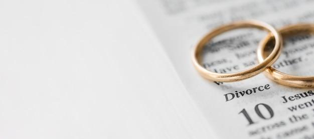 Anéis de ouro com cópia-espaço