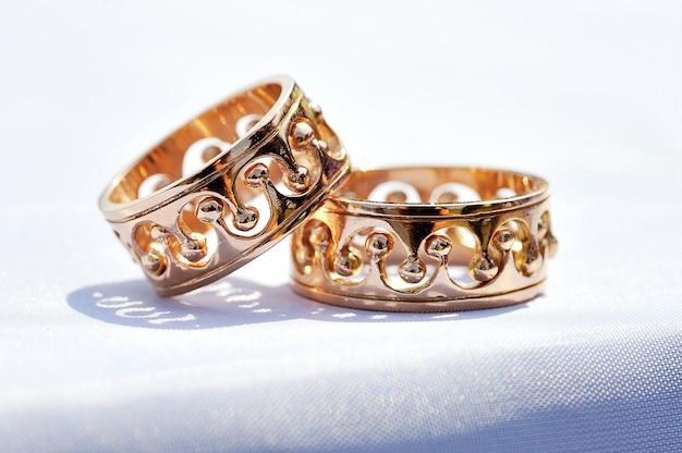 Anéis de ouro da moda noiva e noivo close-up