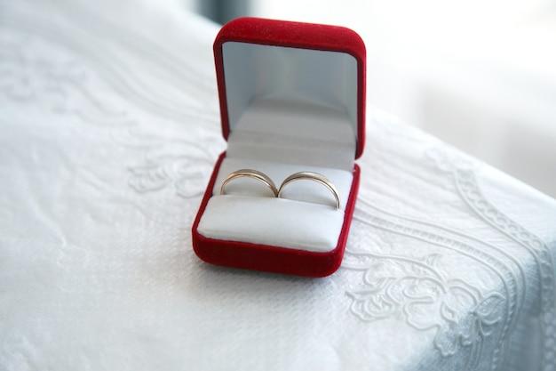 Anéis de ouro para casamentos estão na caixa
