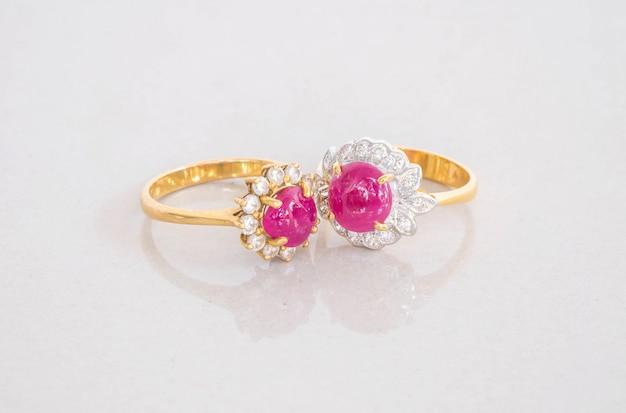Anéis de pedra rosa linda no chão de pedra de mármore cinza turva