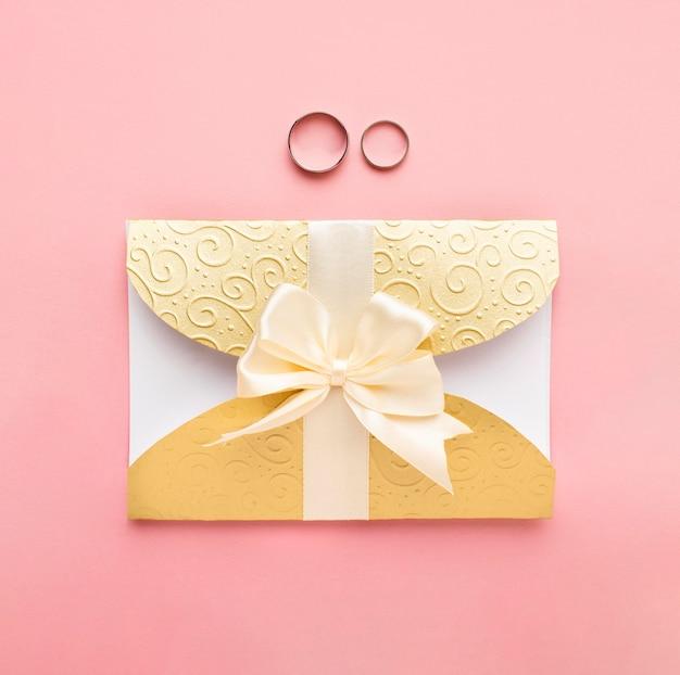 Anéis e papelaria de casamento de luxo