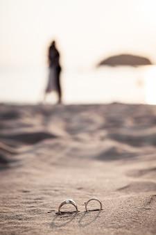 Anéis na praia com a noiva e o noivo