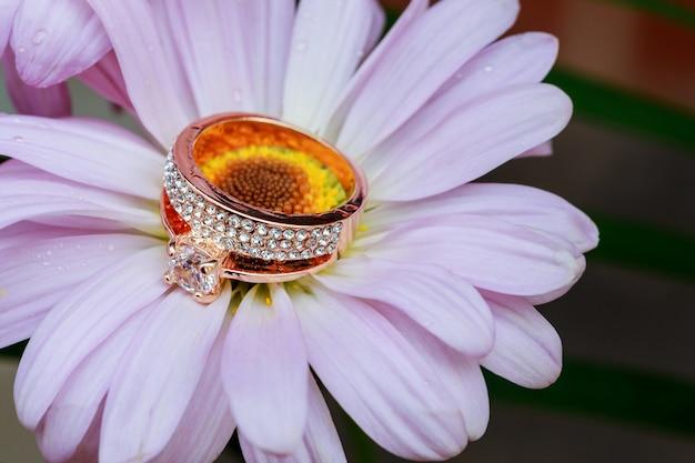 Anéis, ouro com uma decoração de flor branca