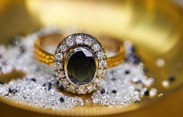 Anel com diamantes e safira