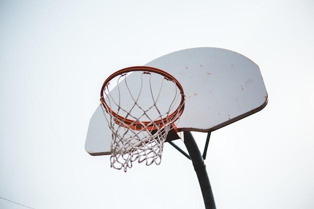 Anel de basquete branco e vermelho