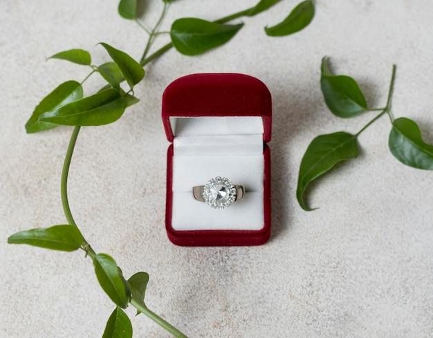 Anel de casamento e arranjo de plantas