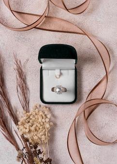 Anel de casamento e caixa plana