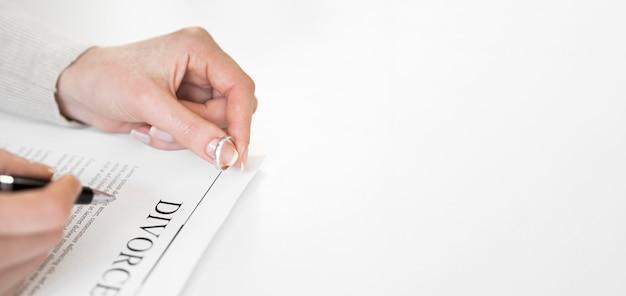 Anel de casamento e contrato de divórcio com cópia-espaço