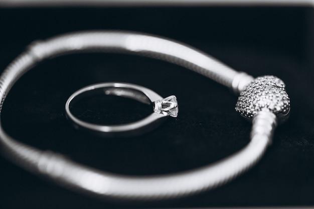 Anel de casamento e pulseira