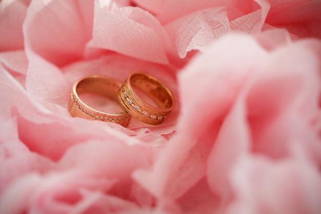 Anel de casamento em flores