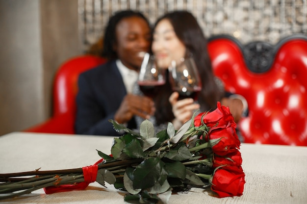 Anel de casamento no dedo da garota. bouquet de rosas vermelhas. presente de noivado.