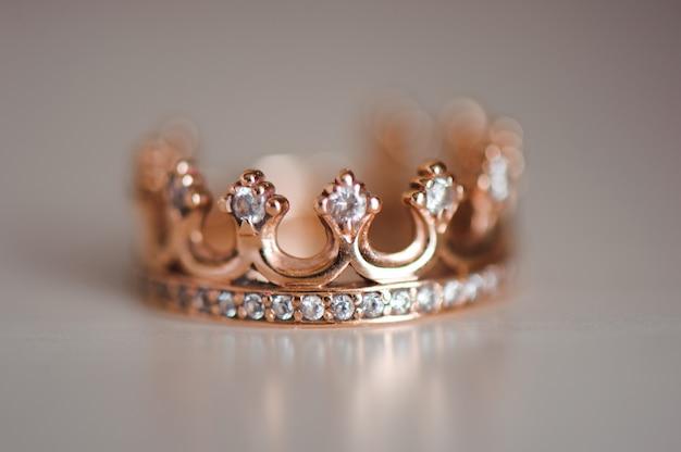 Anel de coroa com pedras preciosas em cima da mesa