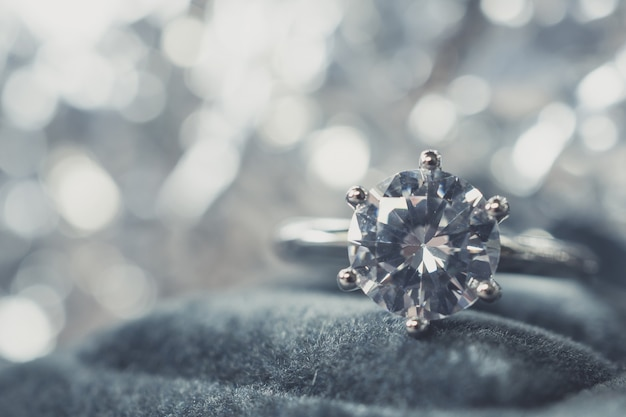 Anel de diamante de noivado luxuoso com fundo abstrato bokeh claro