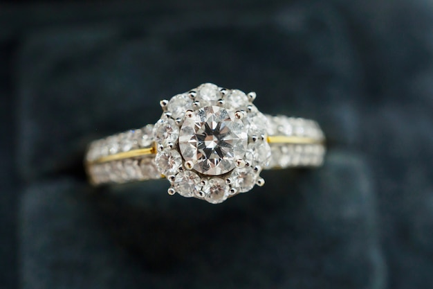 Anel de diamante de perto