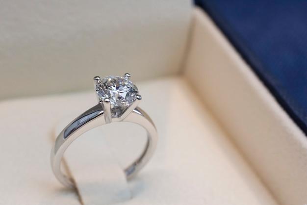 Anel de diamante dentro da caixa
