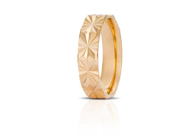 Anel de diamante dourado isolado no branco