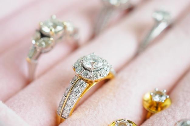 Anel de diamante e brincos de ouro e prata em caixa de joias de luxo