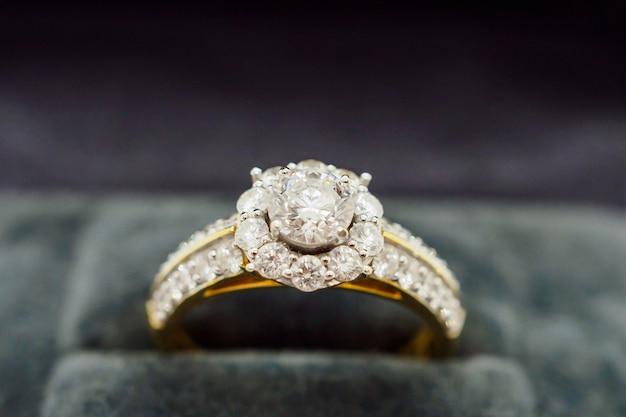 Anel de diamante em caixa de joia para presente