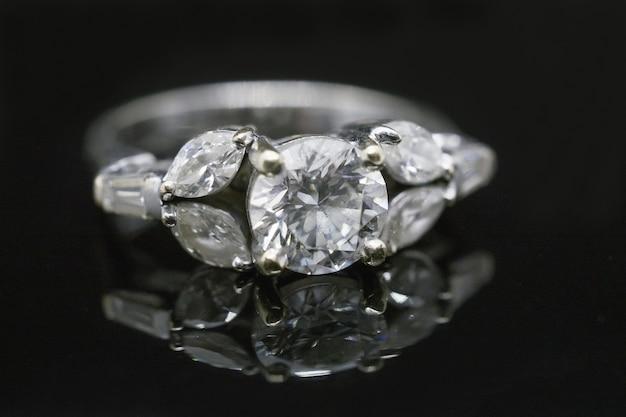 Anel de diamante em fundo preto