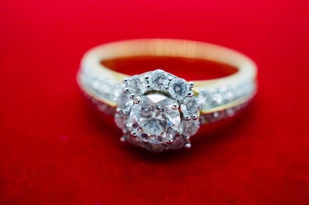 Anel de diamante em fundo vermelho