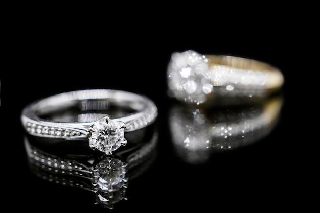 Anel de diamante em preto
