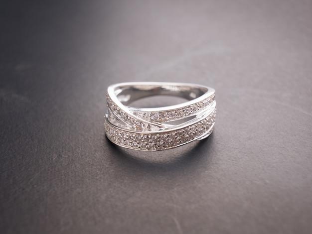 Anel de diamante na mesa preta