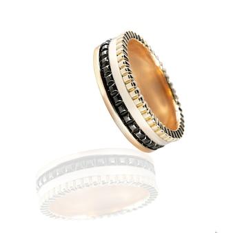 Anel de diamantes de casamento de três cores isolado