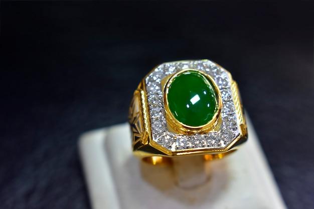Anel de jade é um belo jade verde escuro é um caro