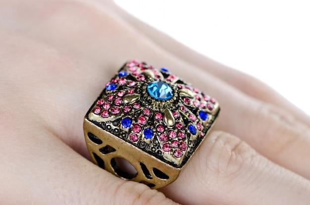 Anel de joalharia usado no dedo