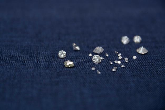 Anel de jóias de diamante em um fundo azul vendendo pedras preciosas