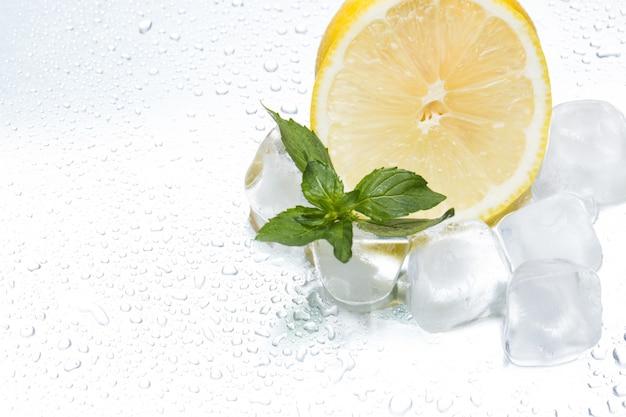 Anel de limão com gelo e hortelã em um close-up prateado