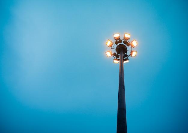 Anel de luminária com luminárias laranja no céu.
