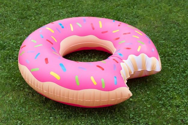 Anel de natação inflável em forma de rosquinha na grama