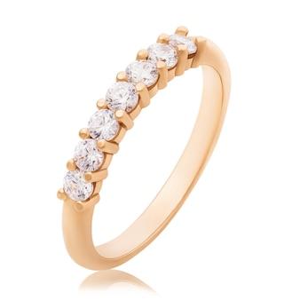 Anel de noivado com diamantes isolados no fundo branco
