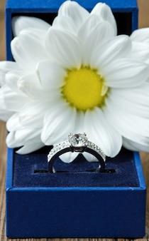 Anel de noivado com flor da margarida