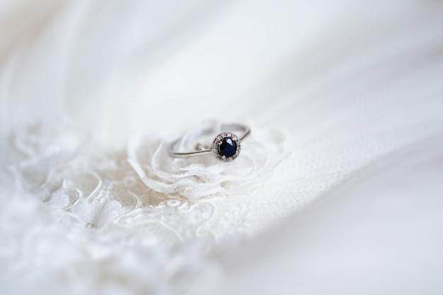 Anel de noivado com safira azul escura