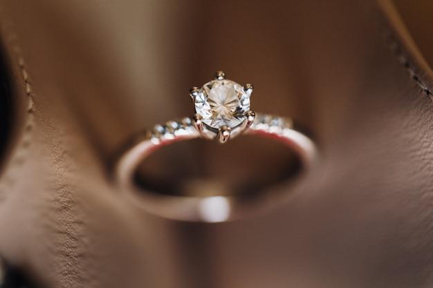 Anel de noivado com um diamante