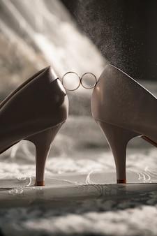 Anel de noivado de noiva no dia do casamento com lindos sapatos festivos