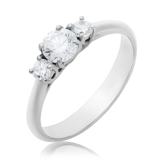 Anel de noivado de ouro branco com três diamantes isolados em um fundo branco