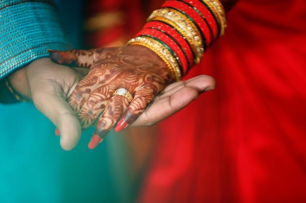Anel de noivado de ouro na mão de casal