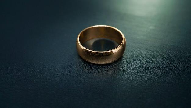 Anel de noivado de ouro puro