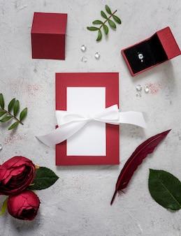 Anel de noivado e cartão de casamento