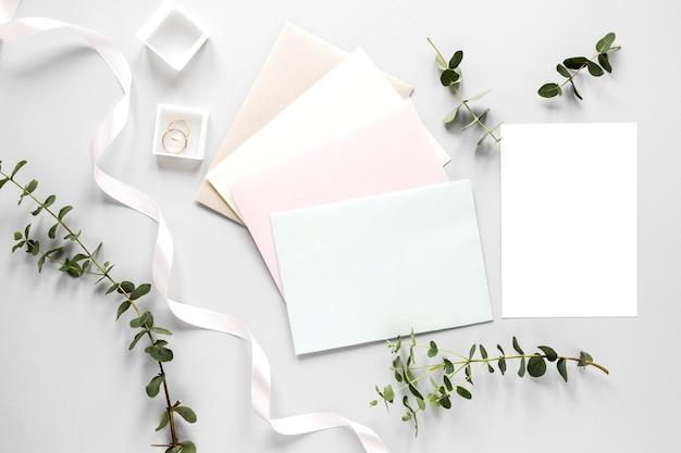 Anel de noivado e convite de casamento