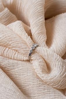 Anel de noivado e tecido de alto ângulo