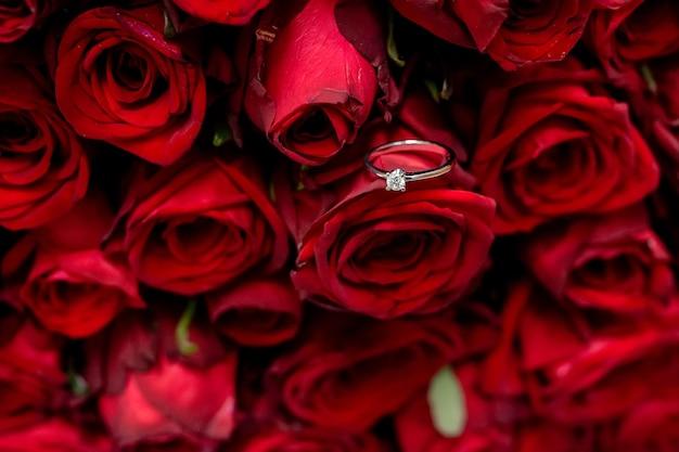 Anel de noivado em rosas vermelhas, anel de ouro com diamante