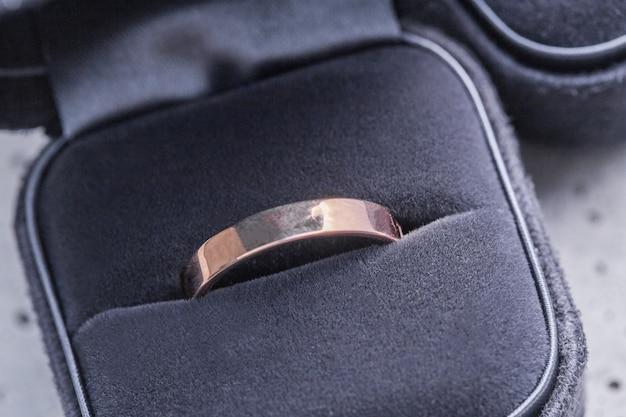 Anel de noivado em uma caixa