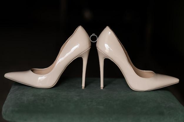 Anel de noivado está localizado entre os saltos de noiva