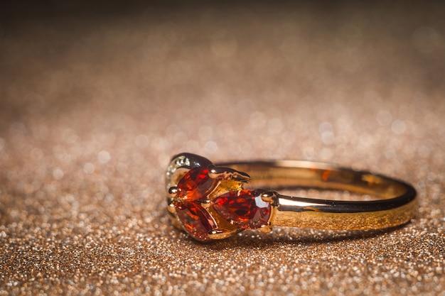 Anel de ouro com pedras vermelhas