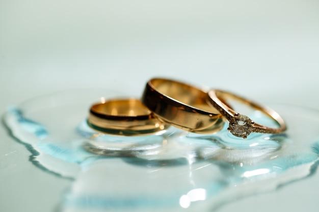 Anel de ouro com uma pedra no dia do casamento para a noiva